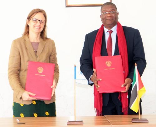 Ministro da Agricultura e Segurança Alimentar e a Representante do PMA em Moçambique exibindo os memorandos assinados